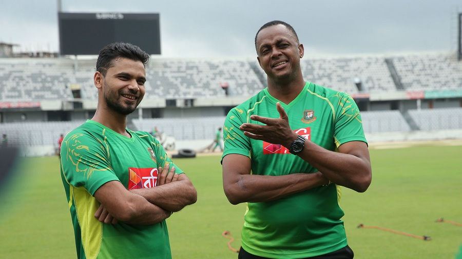 Mashrafe Mortaza, with his 'idol' Courtney Walsh, at a training session