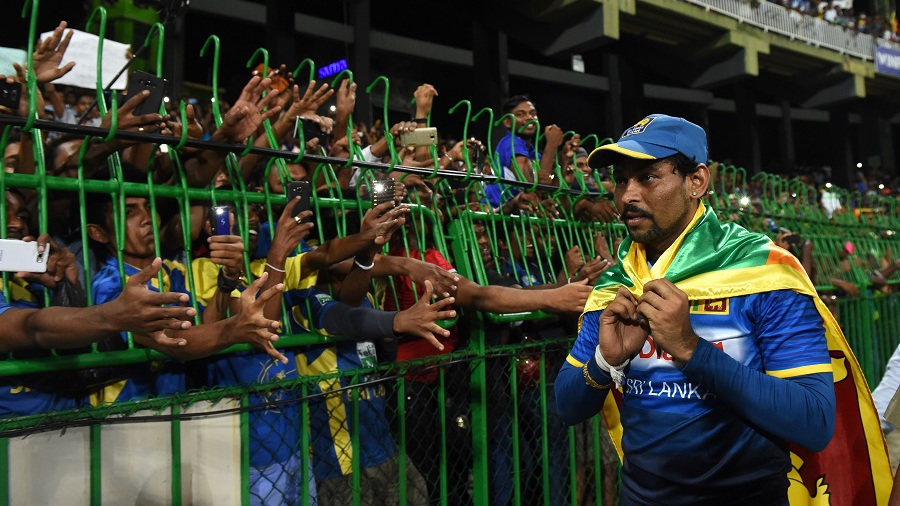 Tillakaratne Dilshan acknowledges his fans