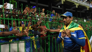 Tillakaratne Dilshan acknowledges his fans