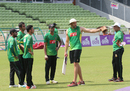 Assistant coach Richard Halsall talks to the Bangladesh players, Mirpur, September 29, 2016