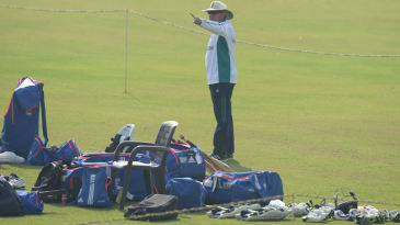 Trevor Bayliss conducts England practice in Mumbai