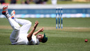 Imran Khan tumbles in the field, New Zealand v Pakistan, 2nd Test, Hamilton, 2nd day, November 26, 2016
