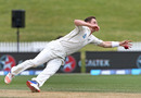 Matt Henry dives to field off his own bowling, New Zealand v Pakistan, 2nd Test, Hamilton, 5th day, November 29, 2016