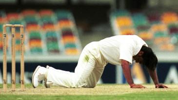 Shoaib Akhtar falls on to his knees