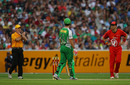 Andrew McDonald looks on as umpire Simon Fry reverses his decision on Cameron White, Melbourne Stars v Melbourne Renegades, Big Bash League, MCG, January 7, 2012