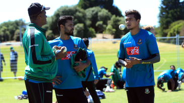 Courtney Walsh and Mashrafe Mortaza have a word with Taskin Ahmed