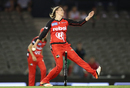 Lea Tahuhu gets into her delivery stride, Renegades v Stars, Big Bash League 2016-17, Melbourne, January 7, 2017