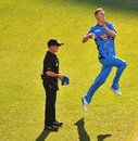 Billy Stanlake prepares to bowl, Strikers v Hurricanes, Big Bash League 2016-17, Adelaide, January 6, 201