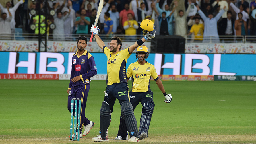 Shahid Afridi celebrates Peshawar's victory with a typical star-man pose