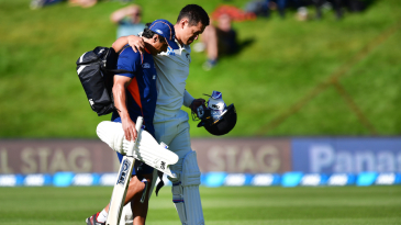 Ross Taylor retired hurt for 8 with an injury