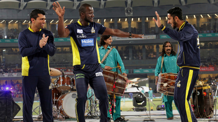 Darren Sammy dances with Pakistan players