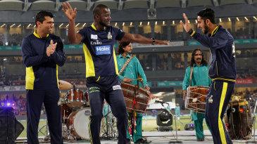 Darren Sammy dances with Pakistan players