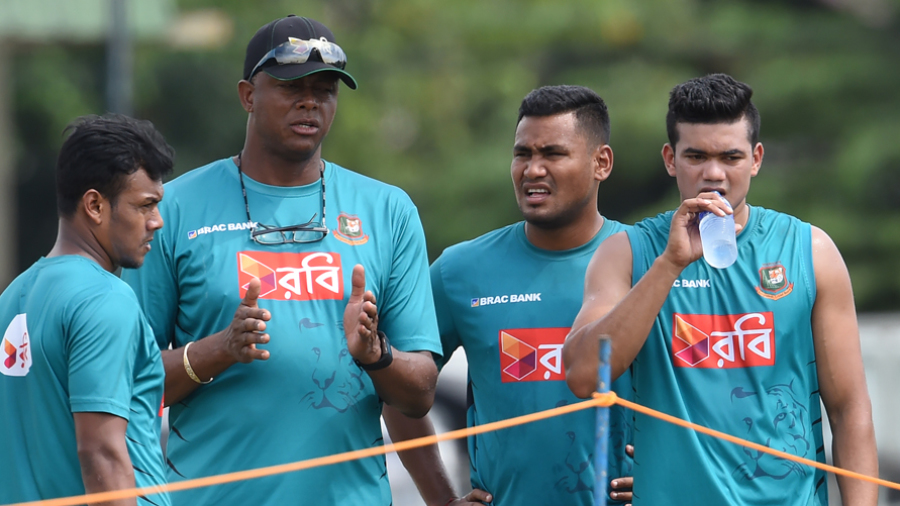 Courtney Walsh chats with Bangladesh seamers Kamrul Islam, Subashis Roy and Taskin Ahmed