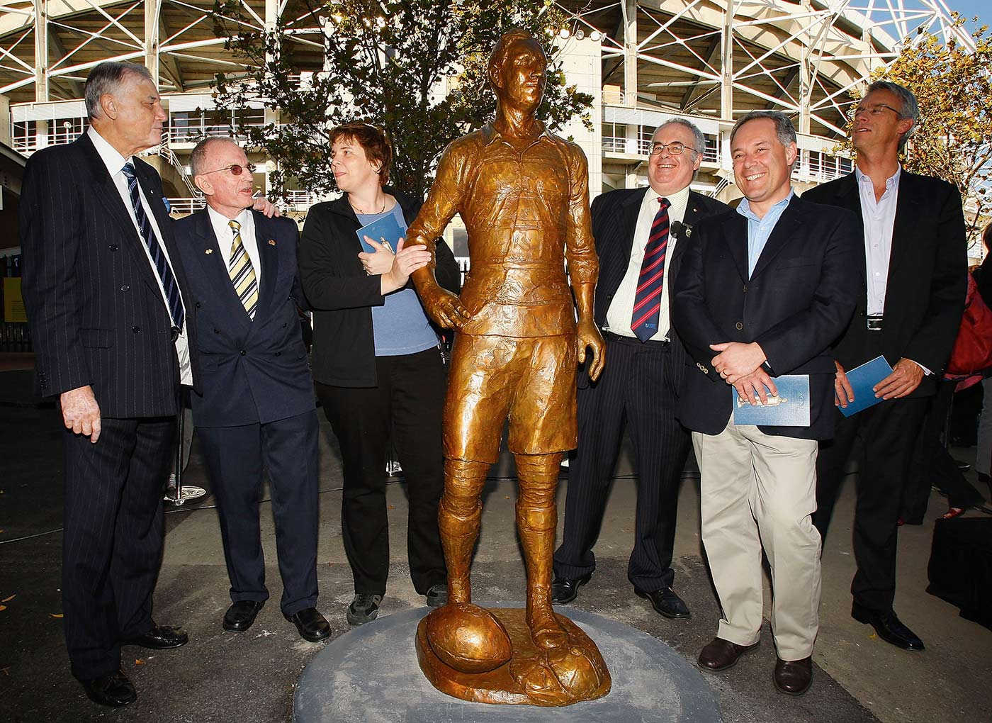 Basil Sellers (far left), sculptor Cathy Weiszmann (third from left), and Rod Cavalier (third from right) at the unveiling of a statue of rugby player Dally Messenger