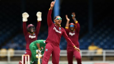 Sunil Narine appeals after trapping Sohail Tanvir in front
