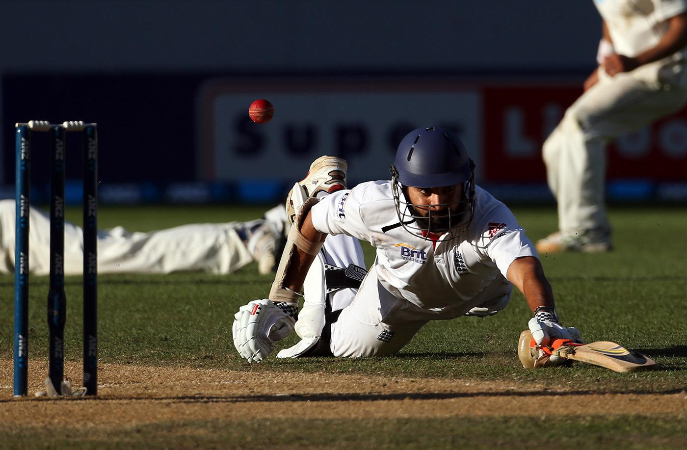 Monty Panesar dives into the crease