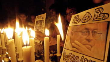 Pakistanis light candles in memory of Bob Woolmer