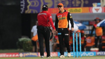 David Warner talks to the umpire after Robin Uthappa was given not out