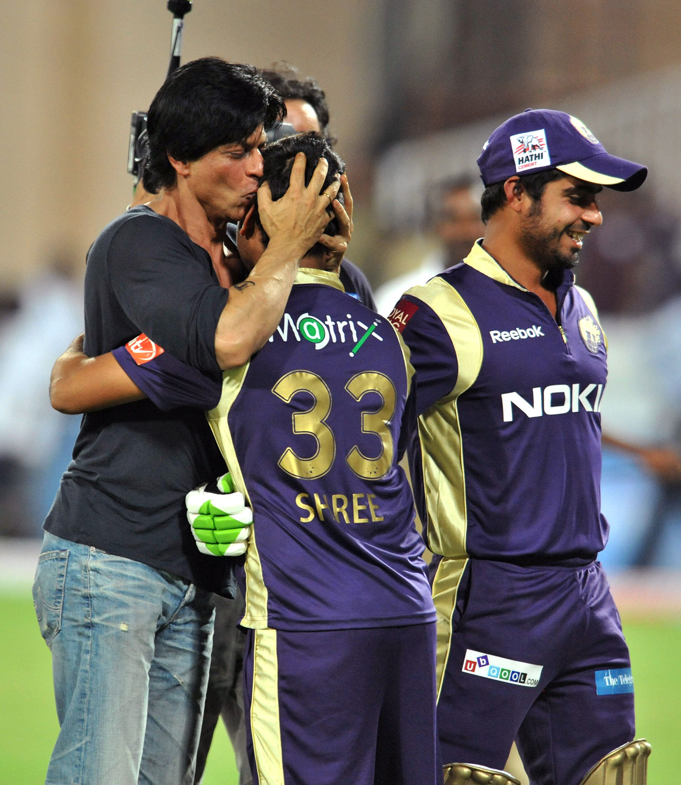 Famous friends: Goswami gets a kiss from Kolkata team owner Shah Rukh Khan, 2011