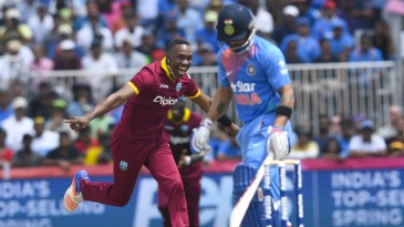 Dwayne Bravo celebrates the wicket of Virat Kohli