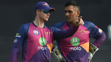 Steven Smith and MS Dhoni have a chat in the field