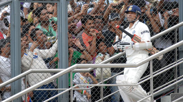Sachin Tendulkar walks out to big cheers
