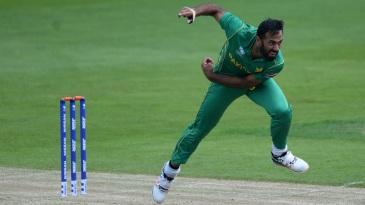 Wahab Riaz bends his back