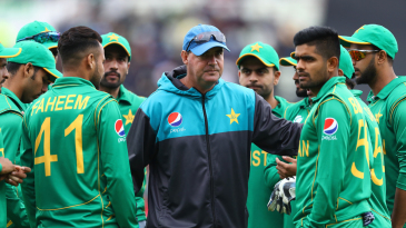 Mickey Arthur addresses the Pakistan huddle