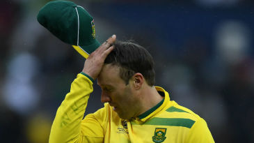AB de Villiers walks off in disappointment as rain interrupts play