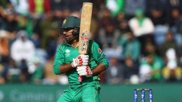 Sarfraz Ahmed plays an authoritative pull