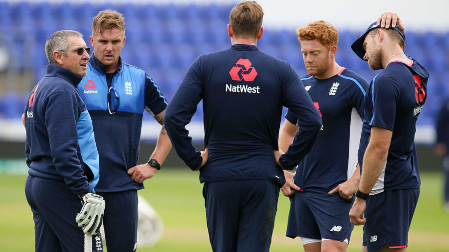 Trevor Bayliss talks to Jason Roy, Jake Ball, Jonny Bairstow and David Willey