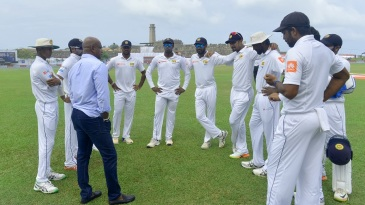 Sanath Jayasuriya chats with the Sri Lankan players