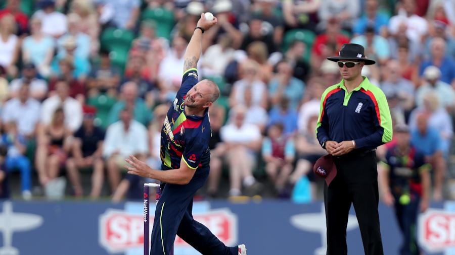 Darren Stevens bowls against Essex