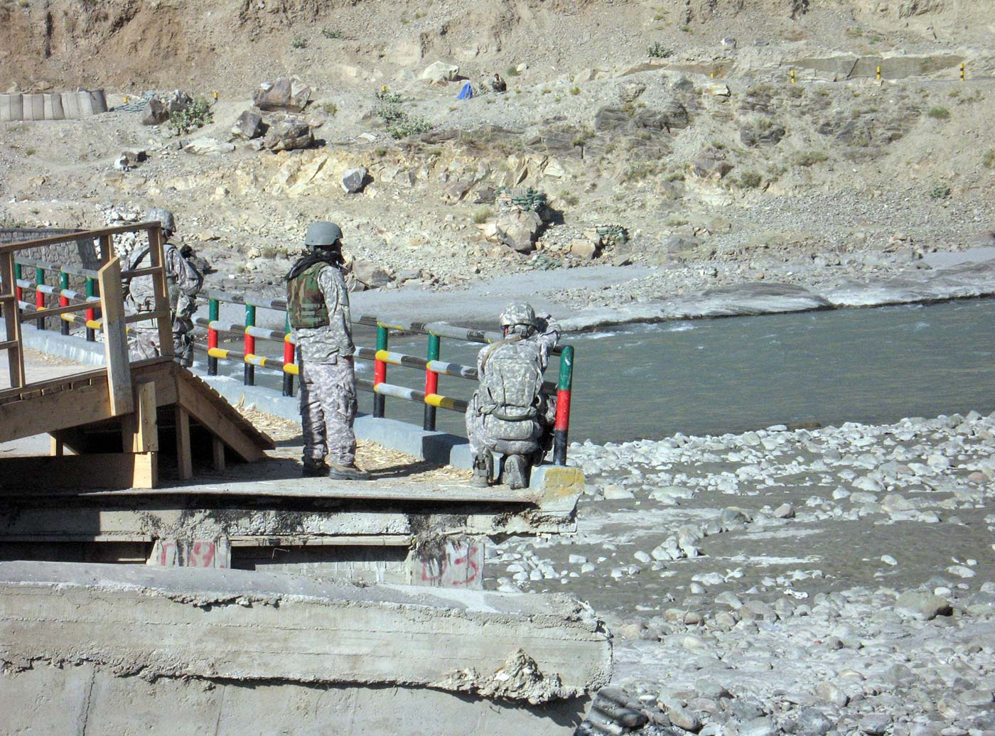 Soldiers hold a bridge in Marawara