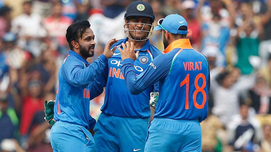 Kedar Jadhav celebrates with Virat Kohli and MS Dhoni after dismissing Steven Smith