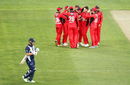 The South Australia side get into a huddle to celebrate Aaron Finch's wicket, South Australia v Victoria, JLT One-Day Cup, elimination final, Hobart, October 19, 2017