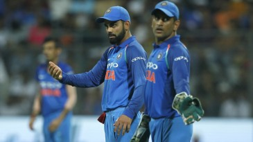 MS Dhoni and Virat Kohli make minor tweaks to the field simultaneously