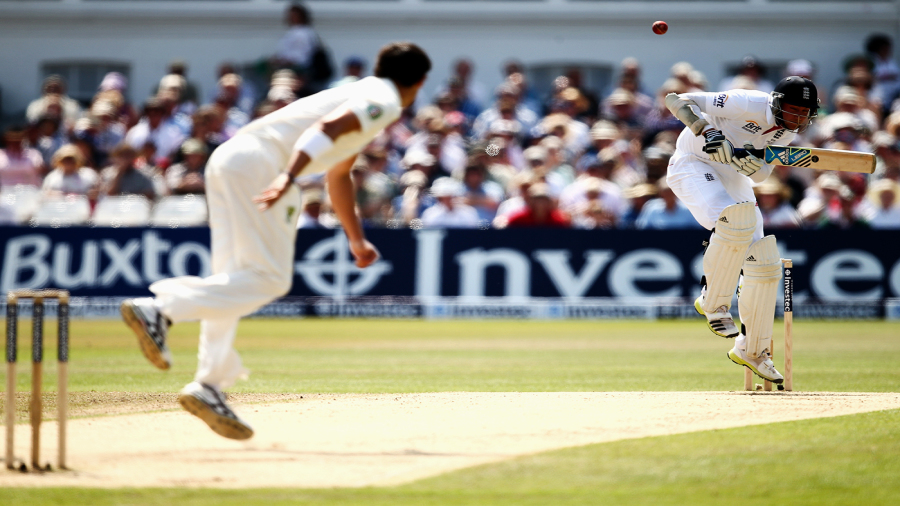 Mitchell Starc bounces Stuart Broad