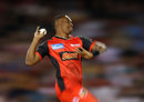 Dwayne Bravo charges in to bowl, Melbourne Renegades v Brisbane Heat, BBL 2017-18, Docklands, December 23, 2017