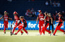 Amy Satterthwaite attempts a run out of Sarah Aley off the final ball of the Sixers chase, Melbourne Renegades v Sydney Sixers, Women's Big Bash League 2017-18, Victoria, January 3, 2018