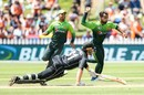 Faheem Ashraf takes aim at the stumps with Martin Guptill sprawling back, New Zealand v Pakistan, 5th ODI, Wellington, January 19, 2018