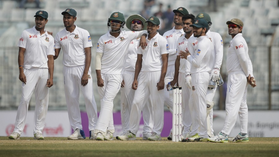Bangladesh wait on a review of Dilruwan Perera's wicket