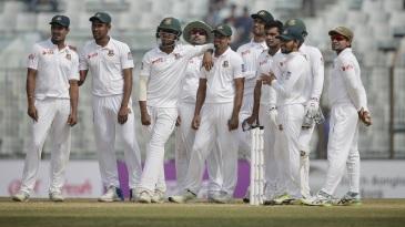 Bangladesh wait on a review of Dilruwan Perera's wicket