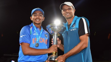 India captain Prithvi Shaw and coach Rahul Dravid hold the World Cup trophy