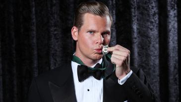 Steven Smith kisses the Allan Border Medal