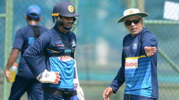 Chandika Hathurusingha talks to Dhananjaya de Silva in training