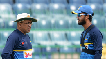 Chandika Hathurusingha speaks with Dinesh Chandimal during a practice session