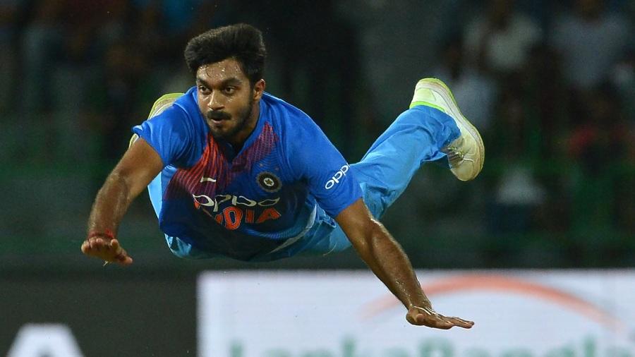 Vijay Shankar attempts a run out