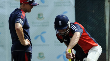 Andy Flower and Kevin Pietersen discuss tactics against the left-arm spin of Mohammad Isam
