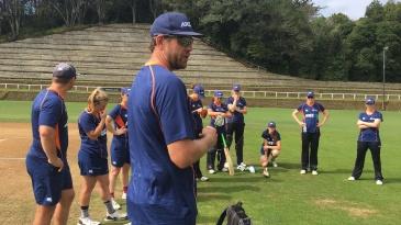 Jacob Oram trains with the New Zealand women's team at Pukekura Park